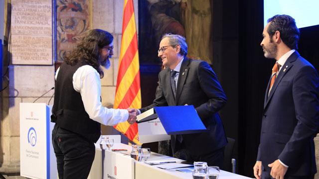 Cinto Niqui recogiendo el Premio de la mano del Molt Honorable President de la Generalitat de Catalunya