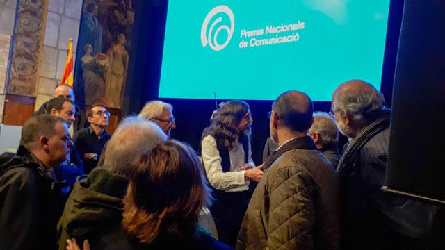 Cinto Niqui hablando con los colaboradores de L'altra ràdio
